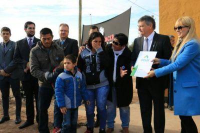 En Castelli, Peppo inauguró el día de la Patria entregando viviendas