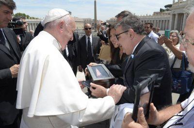 El Papa Francisco recibió una Virgen de rodocrosita de manos de Raúl Jalil