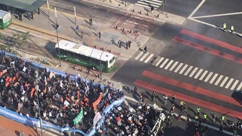 Corte y caos en la 9 de Julio por una marcha de m�dicos bonaerenses