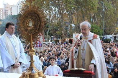 Una gran multitud de fieles católicos celebraron Corpus Christi