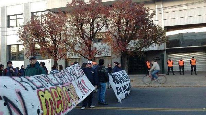 Trabajadores despedidos de Menoyo cortaron Avenida Mitre