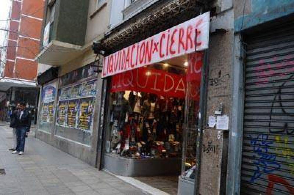 Las persianas bajas, un fenómeno que se incrementa en la ciudad