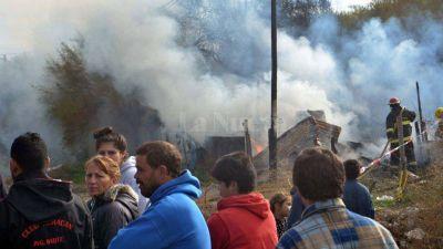 Unas 50 personas quemaron en White la casa del que confes� el crimen de Micaela Ortega