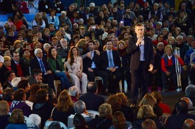 El Presidente Macri y la Gobernadora Claudia Zamora con jubilados