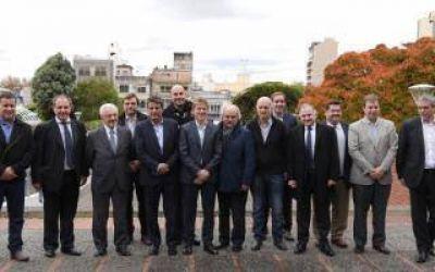 Junto a 20 intendentes, Fossati anunció programa para