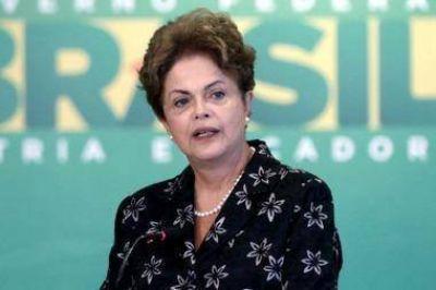 Rousseff presenta documentación de su defensa ante el Senado
