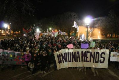 """Cerca de tres mil personas coparon las calles bajo el grito de """"Ni una menos"""""""