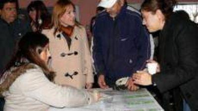 La municipalidad entregó las escrituras de sus terrenos a familias de Villa 9 de Julio