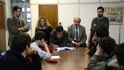 """De Vicente a estudiantes: """"Tenemos el compromiso de ayudarlos"""""""