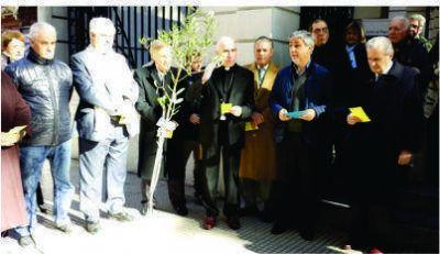El Obispo Malfa presidió el rezo de la oración por la paz de San Francisco de Asís en la puerta del Episcopado
