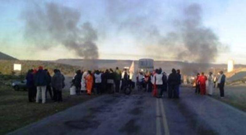 Caleta Olivia: docentes en Caleta cortaron el acceso sur de Ruta 3