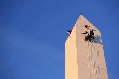 Activistas de Greenpeace escalaron el Obelisco para exigir el cumplimiento de la Ley de Glaciares