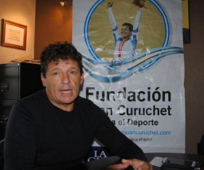 Juan Curuchet realiza una nueva entrega de subsidios y elementos deportivos