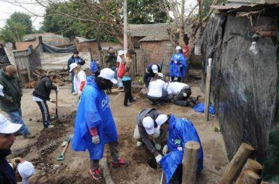 """Con manos solidarias, """"Techo"""" construye casas de emergencia"""