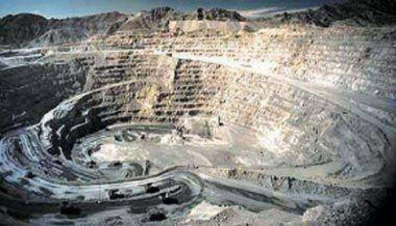 Miner�a: Volc� un cami�n con 40.000 litros de gasoil