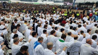 Con una multitudinaria misa y procesión finalizó el Congreso Eucarístico