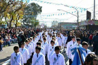 Casi 2 mil alumnos realizaron la Promesa de Lealtad a la Bandera y luego un populoso desfile