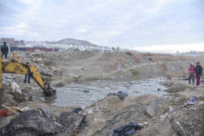 Peligro y contaminaci�n en el Moure: se tap� el canal evacuador de aguas servidas