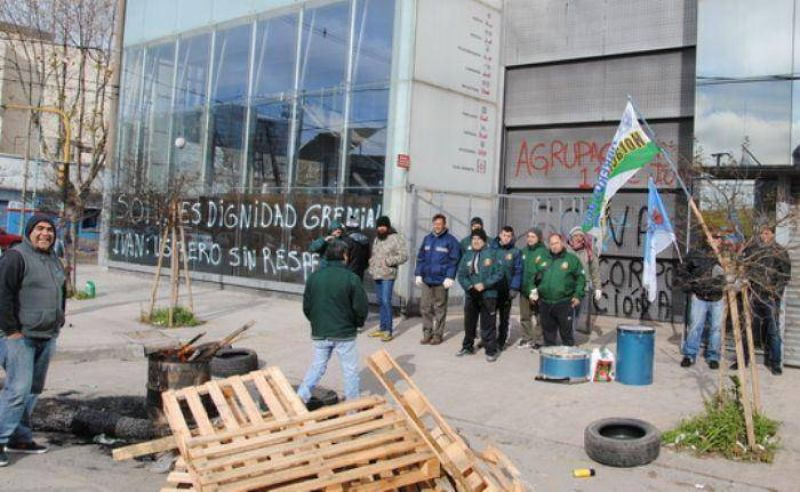"""Despiden a delegado obrero de """"Ivan Vidrios"""" y trabajadores bloquean entrada y salida de camiones"""
