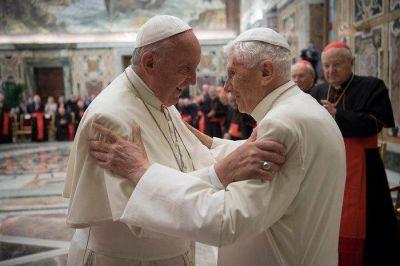 Ratzinger a Francisco: «Su bondad es el lugar en el que me siento protegido. Siga adelante por esta vía de la misericordia»