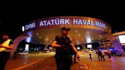 Tras permanecer cinco horas cerrado por el atentado suicida, vuelve a operar el aeropuerto de Estambul