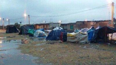 Tras la espera, familias asentadas en Santa M�nica se retiran del lugar