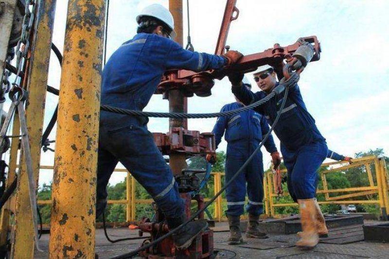 El sindicato petrolero denuncia amenaza de intervención si no aceptan el acuerdo