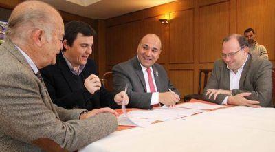 El gobierno firmó con la Nación un convenio para apoyar el desarrollo de la cuenca lechera