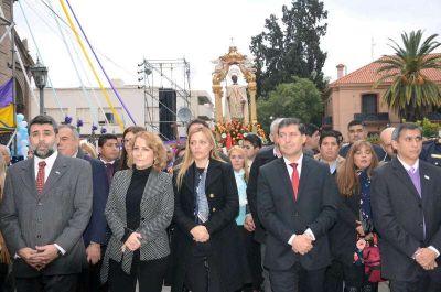 Una multitud particip� de la procesi�n en honor a San Nicol�s de Bari