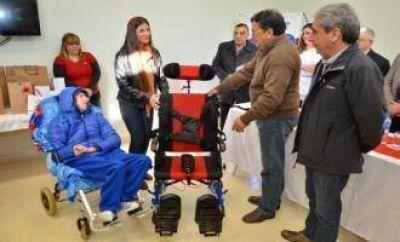 Una silla de rueda especial para un niño con parálisis cerebral