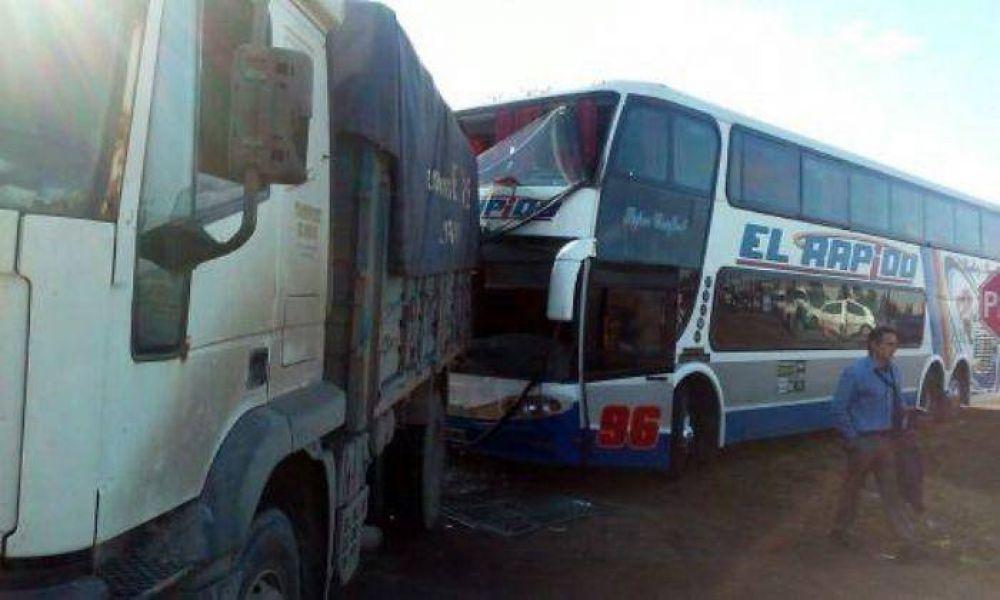 Micro en el que viajaban jugadores de Sporting chocó contra un cambio en la Ruta 226
