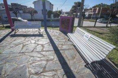 Reparan los bancos del Parque Municipal