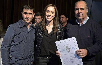 Vidal visitó Rojas y entregó escrituras