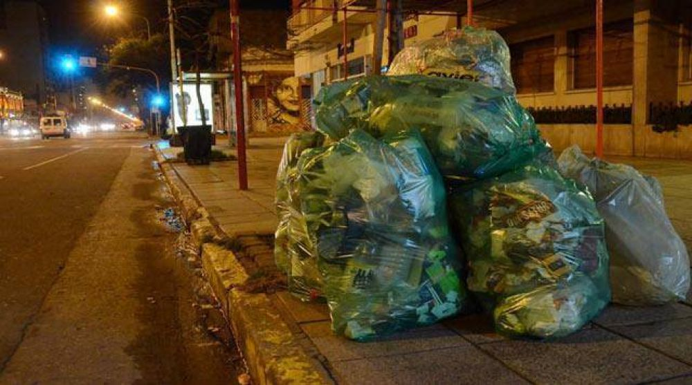 Recolectores de residuos paran por tiempo indeterminado