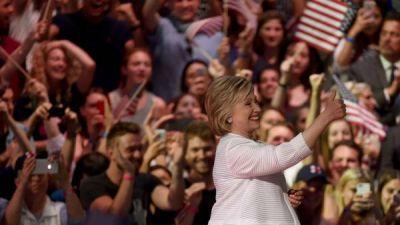 Clinton y Sanders, juntos en campa�a por primera vez