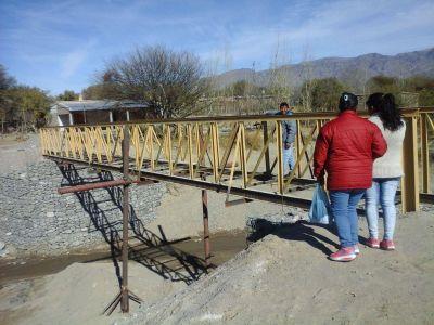 Vecinos reclaman por un puente peatonal sin inaugurar que representa un peligro