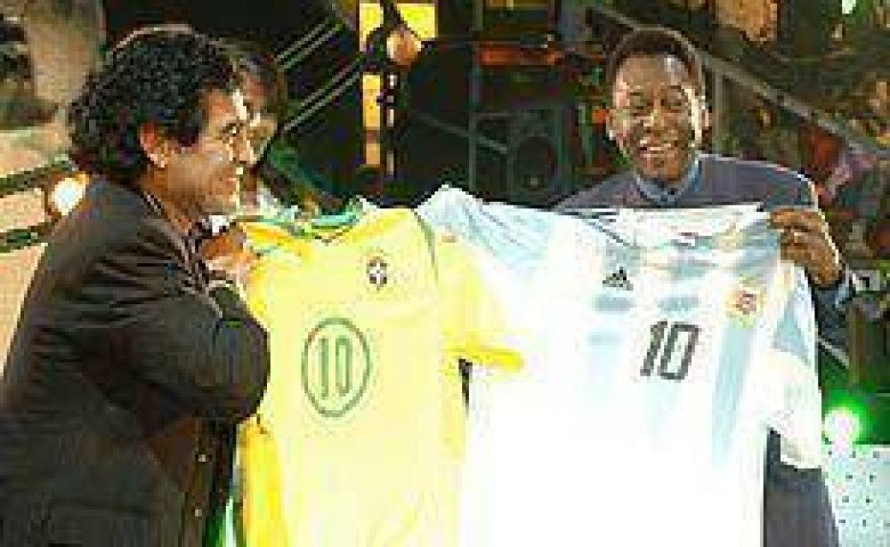 Maradona reavivó la pelea con Pelé.
