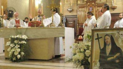 El cardenal, Mons. Mario Poli, llegó a Santiago para compartir su devoción por Mama Antula