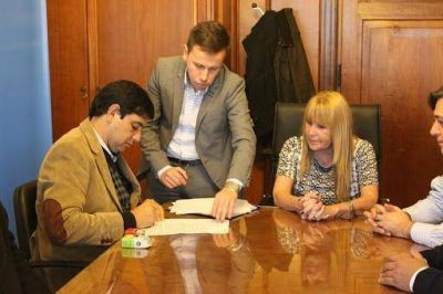 Losada firmó un convenio que proveerá de equipamiento tecnológico al municipio