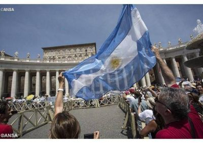 Con estos doscientos a�os de respaldo se nos pide mirar hacia adelante, escribe el Papa a los Argentinos