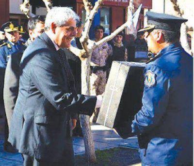 El Gobierno entreg� equipamiento a la Polic�a de Sanagasta