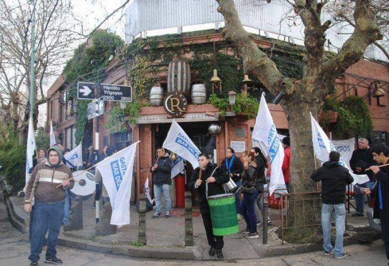 """Gastronómicos realizaron ruidosa manifestación ante """"Chiquilín"""" (ex Ramona)"""