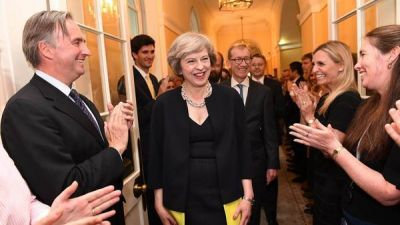 Jur� Theresa May y design� canciller a un l�der del Brexit