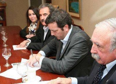 Alicia Kirchner encabezó firma de acuerdo para la esquila de guanacos