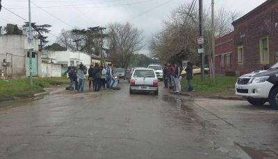 En s�ntoma de protesta, vecinos del Padre Varela cortaron la calle