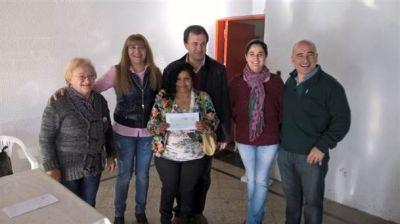Sandra Santos entregó los subsidios que consiguió Manuel Mosca
