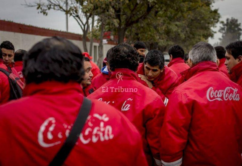 Conflicto en la planta de Coca Cola por el despido de 50 trabajadores