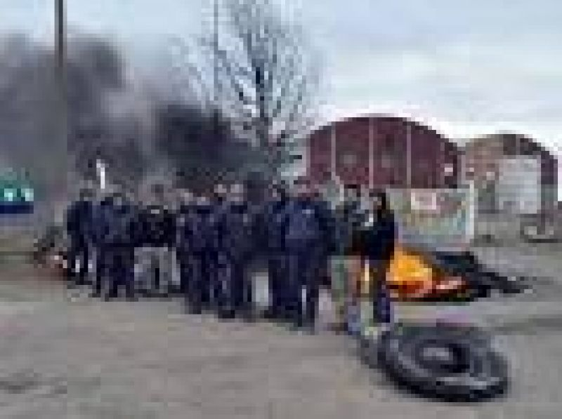 Salineros mantienen la protesta en La Adela y no descartan cortar la ruta