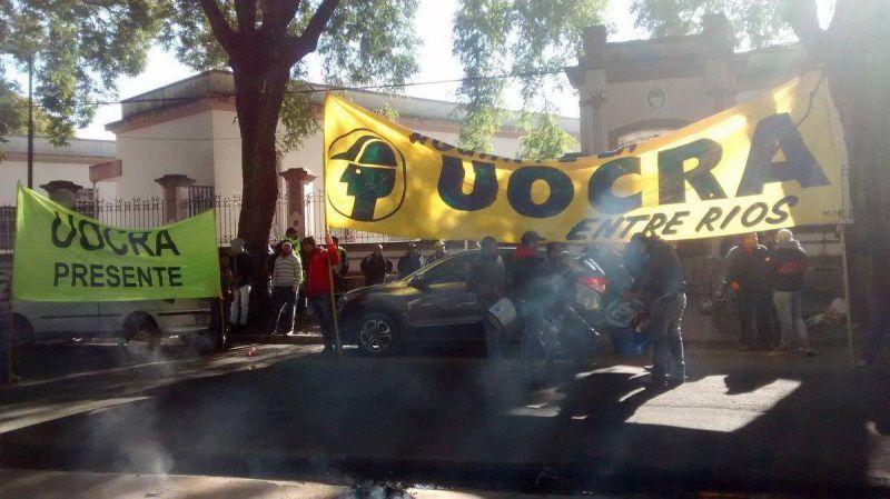 La Uocra cortó el tránsito en una esquina de Paraná para denunciar trabajo precario