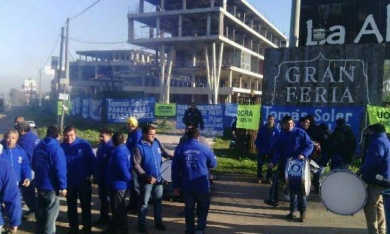 Trabajadores de la construcción protestan por despidos y falta de pago en una obra